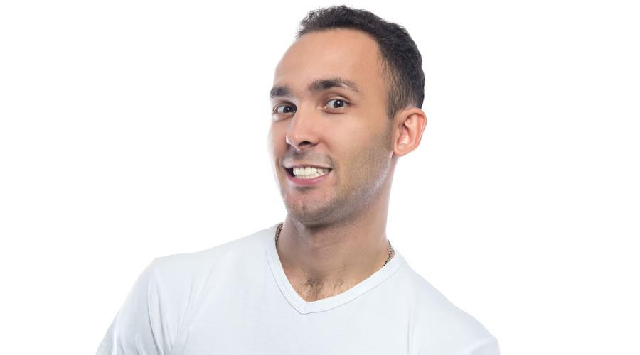 hombre orgulloso con sus carillas dentales