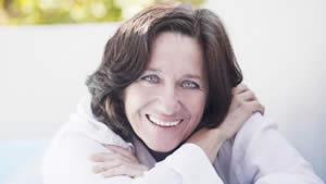 Foto mujer con implantes dentale
