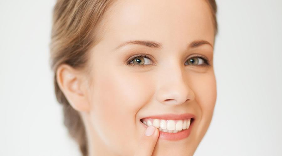 mujer con incrustacion dental